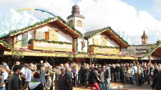 """Volle Gaudi am neuen Platz -""""Almhütte"""" lädt zur Party"""