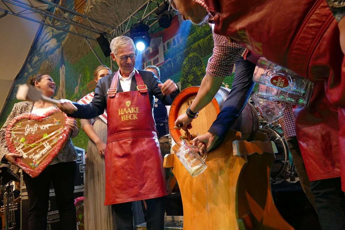Bürgermeister Carsten Sieling sticht das Fass an - und macht dabei eine durchaus gute Figur.