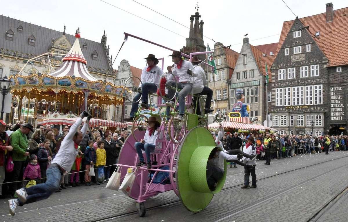 Schwungvolle Bewegungen in lustigen Kostümen – Szene vom Freimarktsumzug im vergangenen Jahr. Ungefähr um 11 Uhr wird am Sonnabend, 27. Oktober, die Spitze des Umzugs am Roland auf dem Marktplatz erwartet.