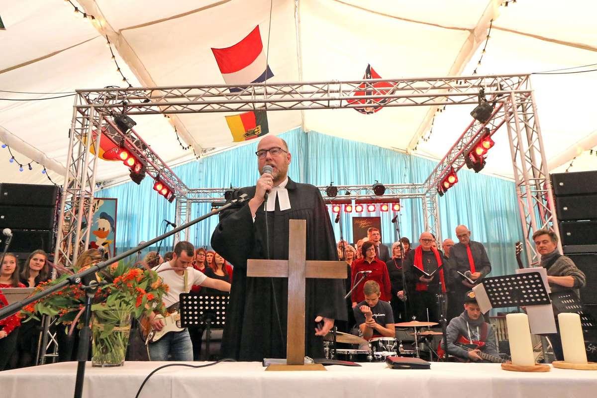 """Der leitende Geistliche der Bremischen Evangelischen Kirche, Renke Brahms, predigt am Reformationstag im """"Riverboat"""" auf dem Bremer Freimarkt."""