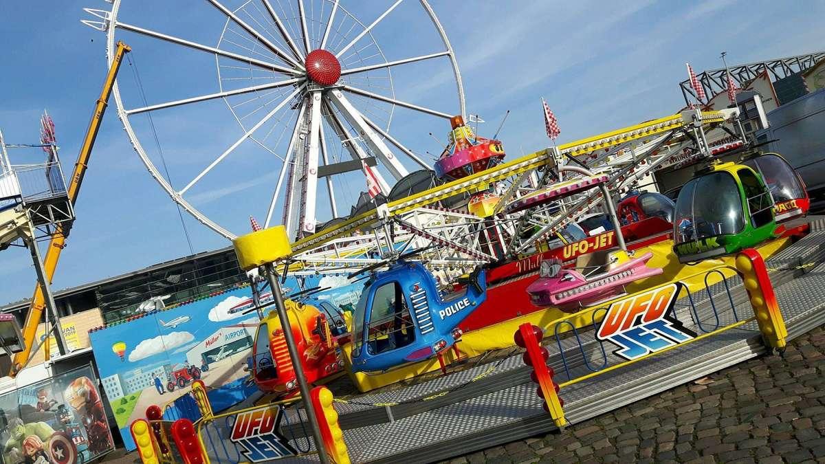 Kinderkarussells vor dem Riesenrad: Der Freimarkt wird aufgebaut. Foto: ESSER