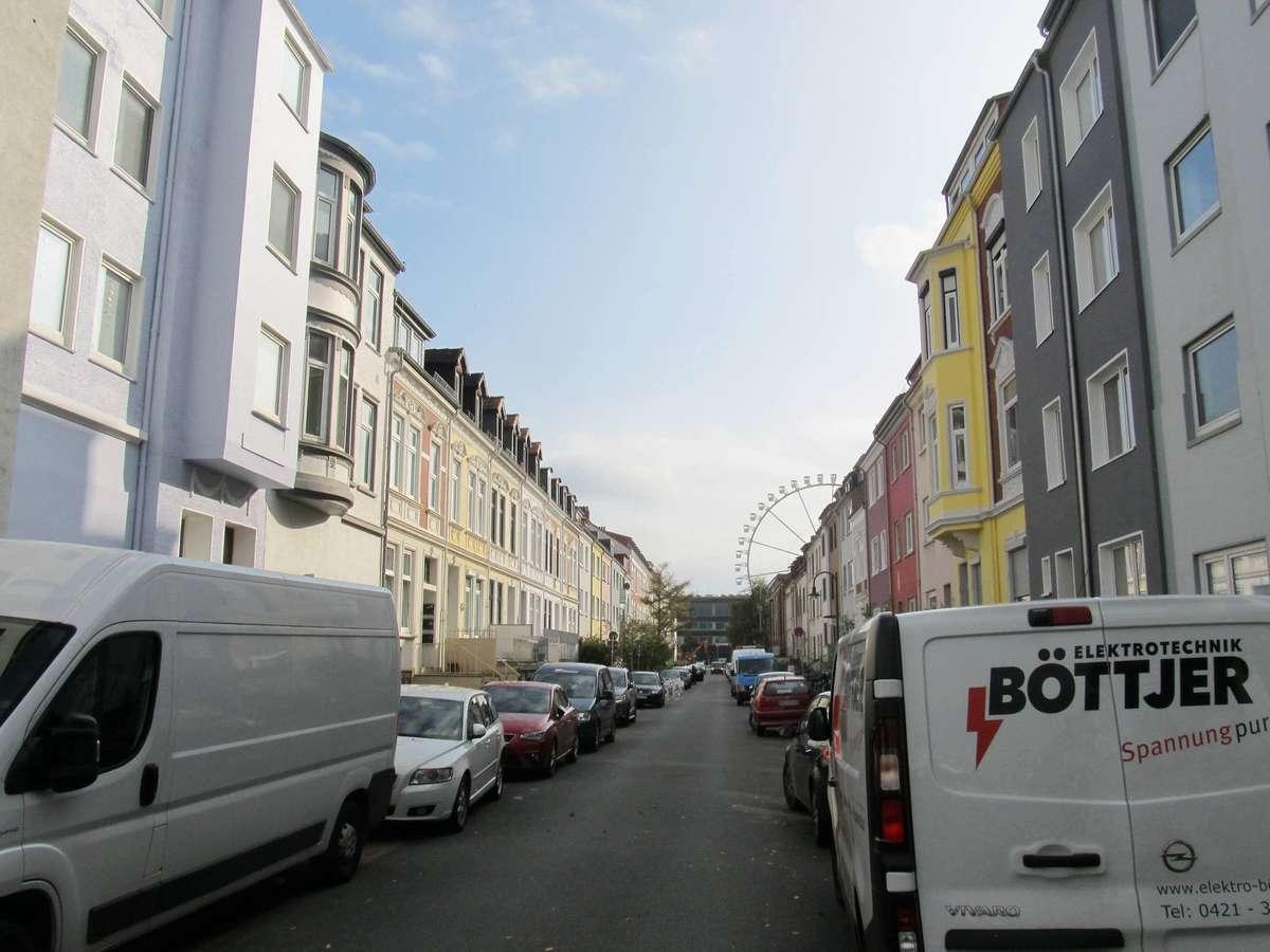 Eng ist´s in den Findorffer Wohnstraßen – wie hier in der Buddestraße kurz vor dem Beginn des großen Besucheransturms auf der Bürgerweide. Im Hintergrund ist das Riesenrad des Freimarkts zu erkennen.