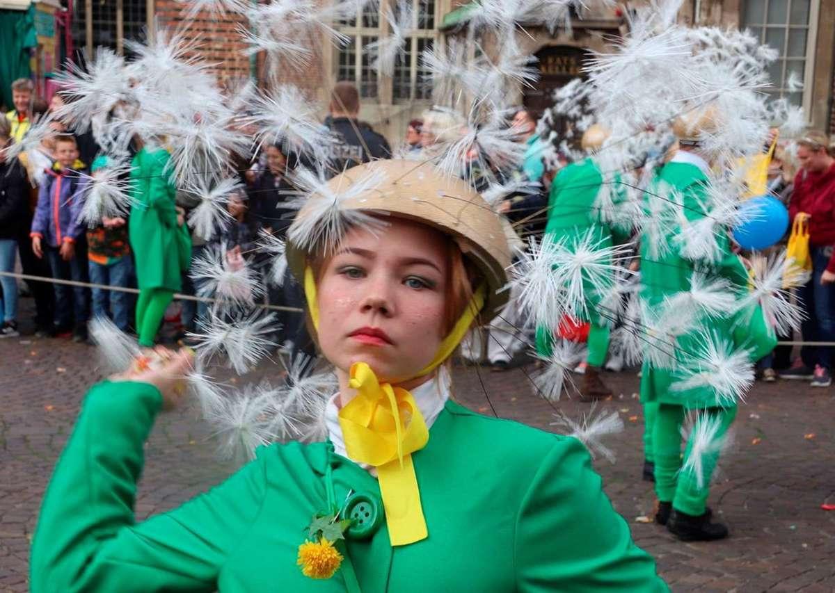 """Nette Pusteblumen, die Bonbons dabei haben: Die Gemeinschaft GGV Ganderkesee wurde als beste Fußgruppe des Freimarktsumzuges prämiert. Ihr Motto: """"Happy feet mit dem Löwenzahn in Bremen unterwegs""""."""
