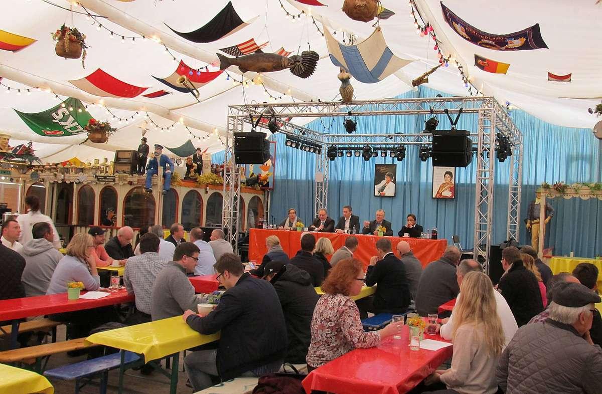"""Die Lage am Bahnhofs-Nordausgang beschäftigte die Schausteller beim SPD-Frühschoppen im """"Riverboat""""."""