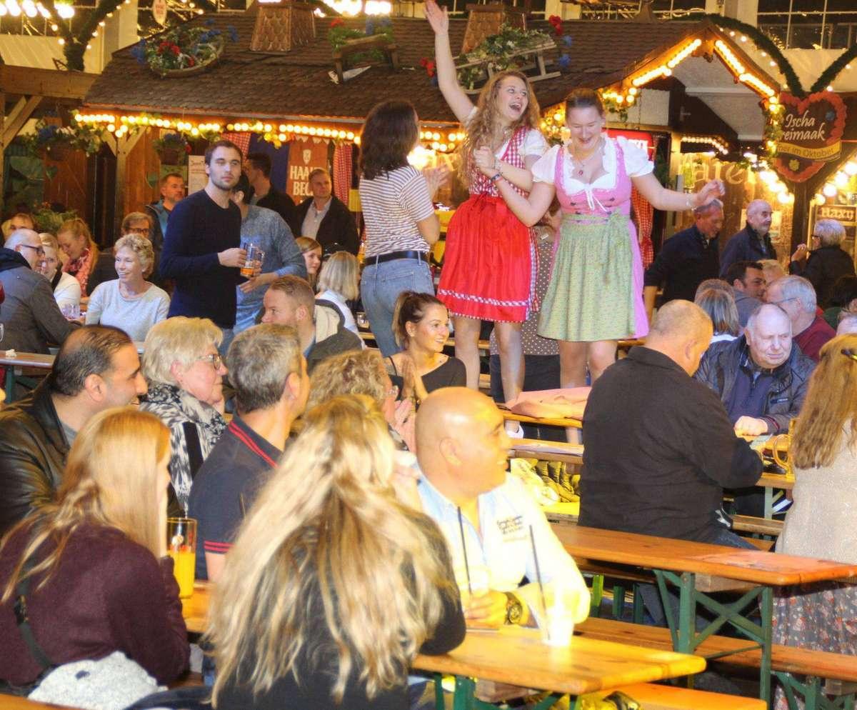 Tolle Stimmung in der Bayernfesthalle: Hier wird geschnackt, getrunken, gesungen und auch auf den Bänken getanzt.