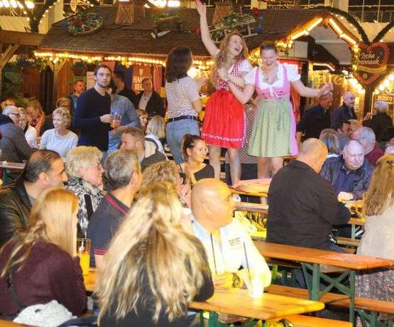 Nordlichter feiern in Trachten - und tanzen auf den Bänken