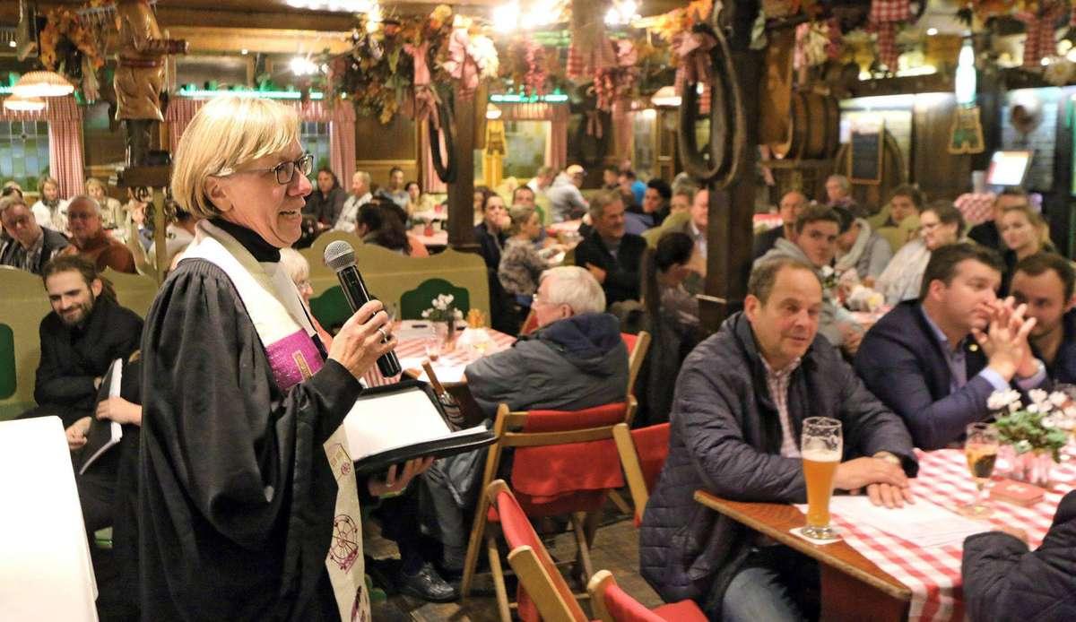 """Dom-Pastorin Ingrid Witte feiert beim Freimarkt mit der Schaustellergemeinde einen Mitternachtsgottesdienst im Festzelt """"Schwarzwald-Christel""""."""