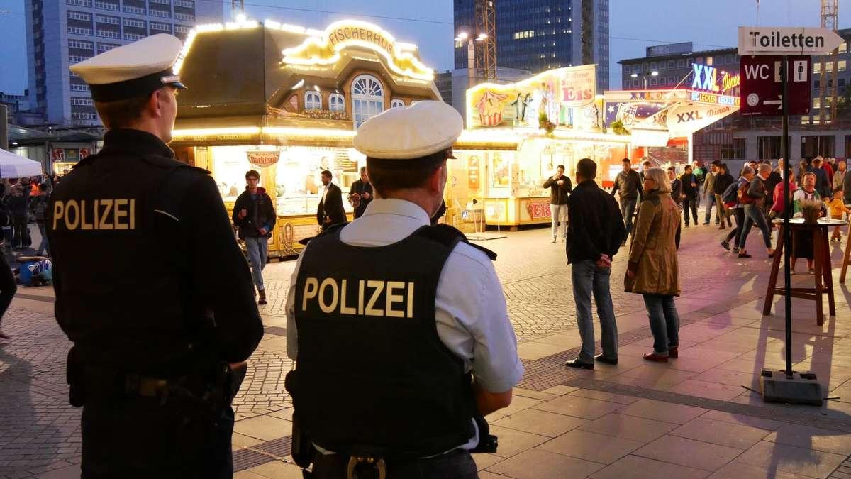 Zwei Polizisten überwachen den Freimarkt-Zugang am Bremer Hauptbahnhof.